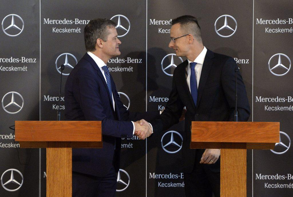 Budapest, 2016. július 29. Markus Schäfer, a Mercedes-Benz termelésért és beszerzésért felelõs igazgatója (b) és Szijjártó Péter külgazdasági és külügyminiszter kezet fog a minisztériumban tartott sajtótájékoztatón 2016. július 29-én. Új autógyárat épít a Mercedes kecskeméti gyára mellé. MTI Fotó: Máthé Zoltán