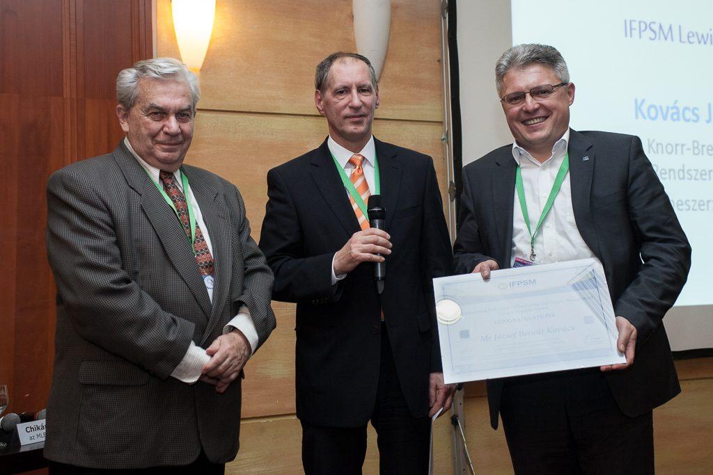 Chikán Attila, az MLBKT elnöke, Giltán Tivadar, a Beszerzési Vezetők Klubjának elnöke és Kovács József Bernát a díjjal.